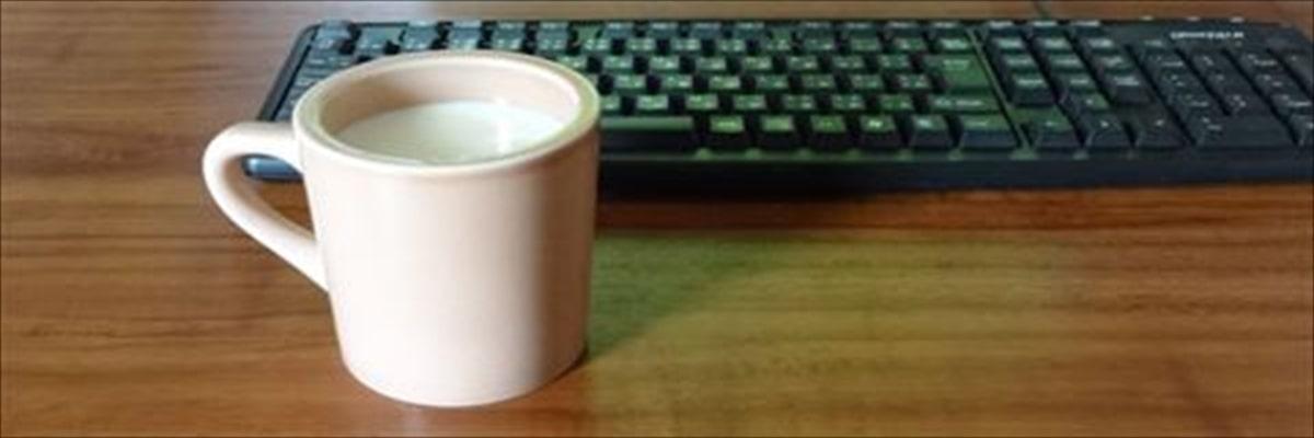テーブルとカップ