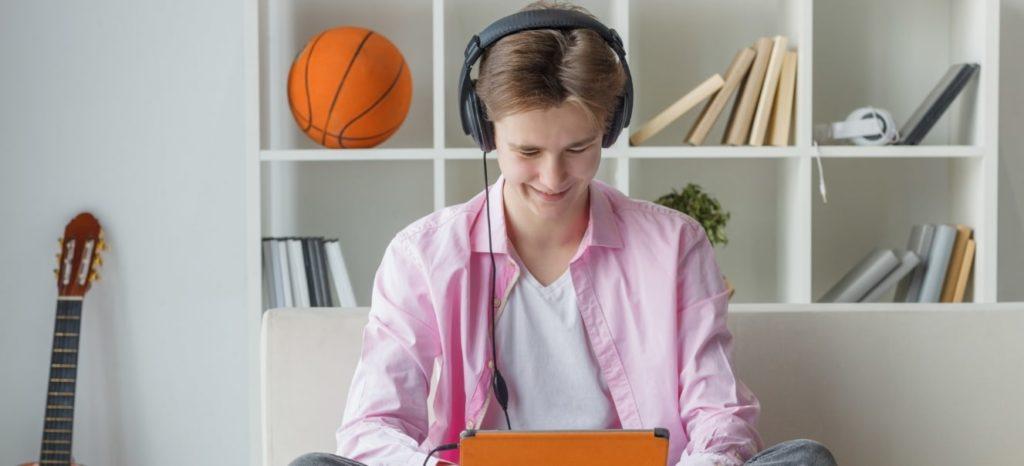 ヘッドホンで音楽を聴く外人