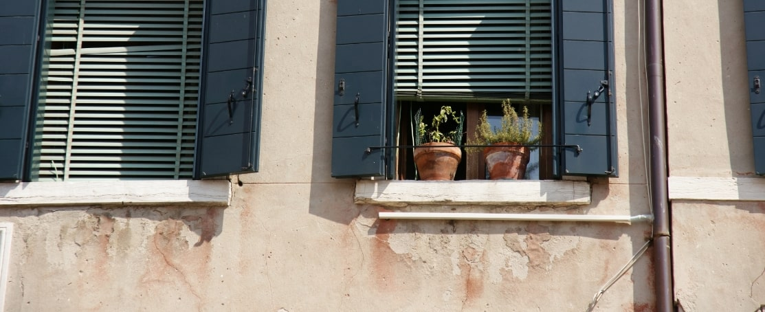 イタリアの街の窓