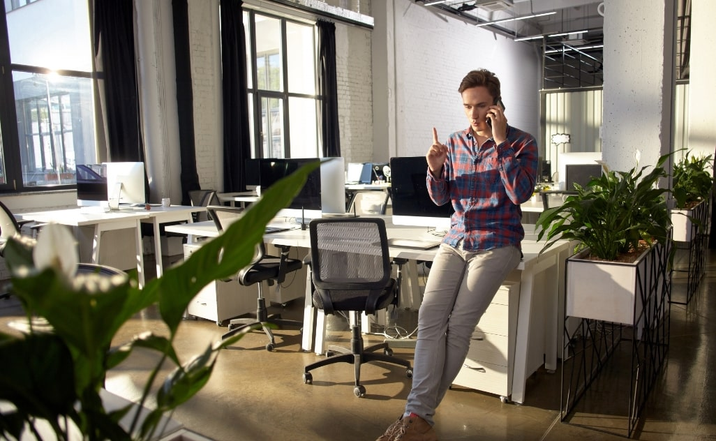 オフィスの男性